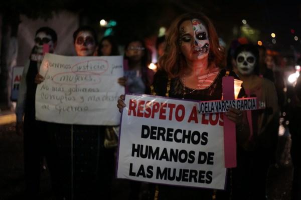 Mujeres marcharon vestidas de catrinas para manifestarse contra los feminicidios en el estado, en Chilpancingo. Foto: Jessica Torres Barrera