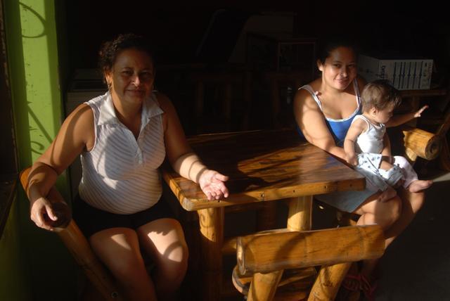 Yarima, su hija y su nieta