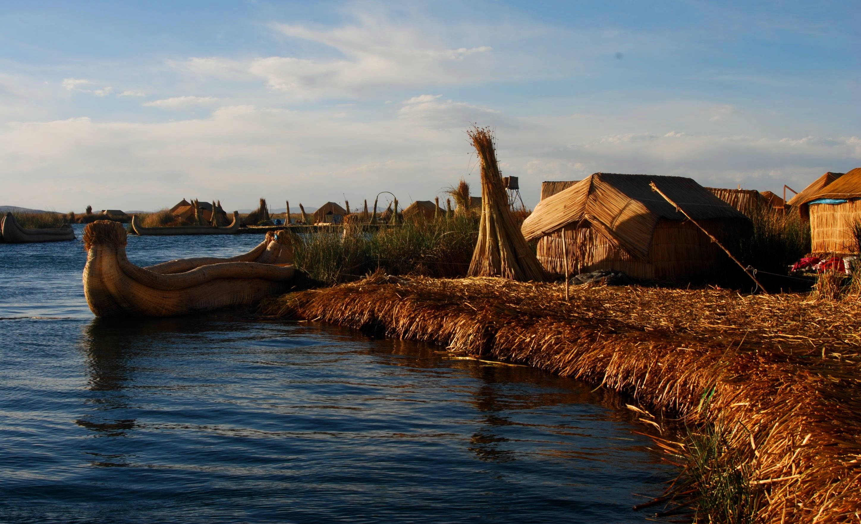 Islas de flotantes de totora en Los Uros