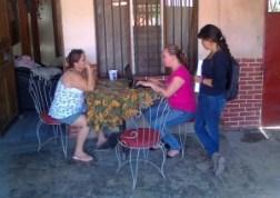 Northellem Jiménez y Kristel Avilés, realizando censo en Roble Sur, La Carpio en noviembre 2013 (foto Laura Paniagua).