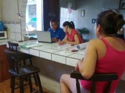 Marcela Ávila y Eddie Orozco, realizando censo en Roble Sur, La Carpio en noviembre 2013 (foto Laura Paniagua).