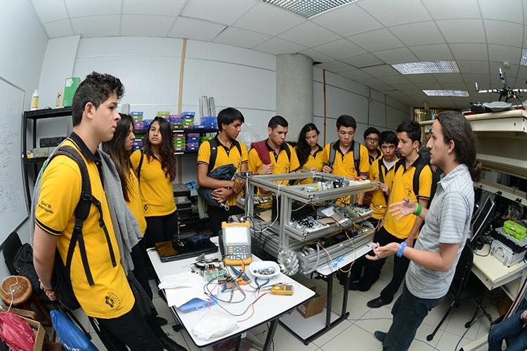 Colores, curiosidad y conocimiento se conjugan en la Expo UCR15