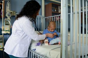 25/01/17, Primeros graduandos de la especialidad de Oncopediatría.La Dra. Karla Garita Muñoz atiende a Aisha Jiménez Abraham en el Hospital de Niños