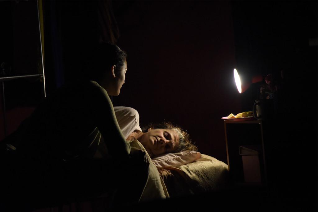 La obra visibiliza el hecho de que no todas las personas tienen el derecho a descansar. Sobrevivir se convierte en una lucha para quienes han ejercido la prostitución y siguen buscando mejores condiciones de vida aún en sus últimos años. - foto Anel Kenjekeeva.