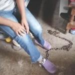 Madre encadenó a su hija de 14 años para que no saliera a la calle