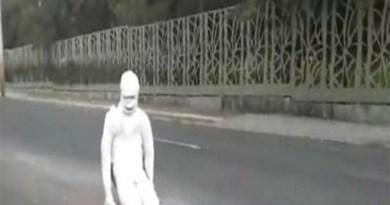 Macabra momia alerta a conductores sobre un bache