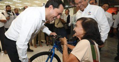 El Gobernador Mauricio Vila Dosal entrega premios a los ganadores del sorteo de la Japay