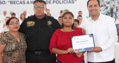 Becas universitarias para hijos de policías yucatecos transforman la vida de sus familias