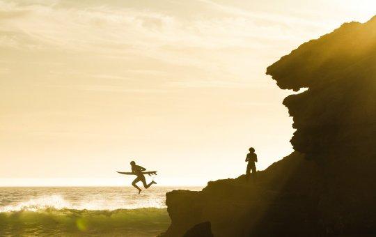 Прыжок с камня в волны с серфом | школа серфинга Surf-Burg