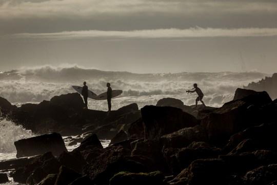Серферы на скале и большие волны | школа серфинга Surf-Burg