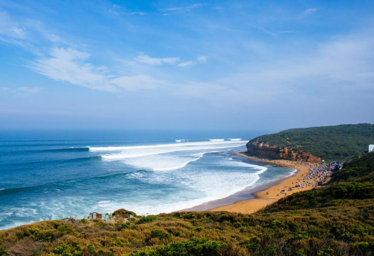 En la playa de Bells Beach se realiza todos los años el Rip Curl Pro de la World Surf League - Ph Ed Sloane