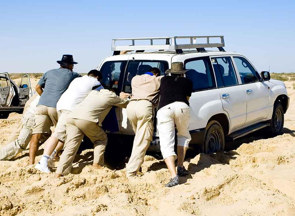 車のタイヤが砂浜でスタックした時に試したい自力での脱出方法