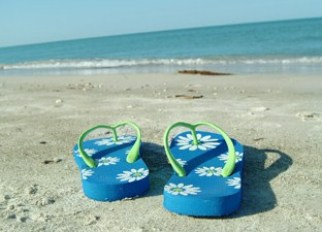 Blue_flip_flops_on_a_beach