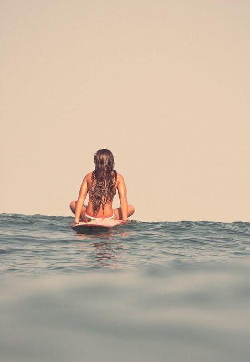 Siedzenie na desce surfingowej