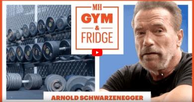 Арнольд показывает свой холодильник