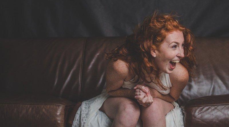 женщина смеется
