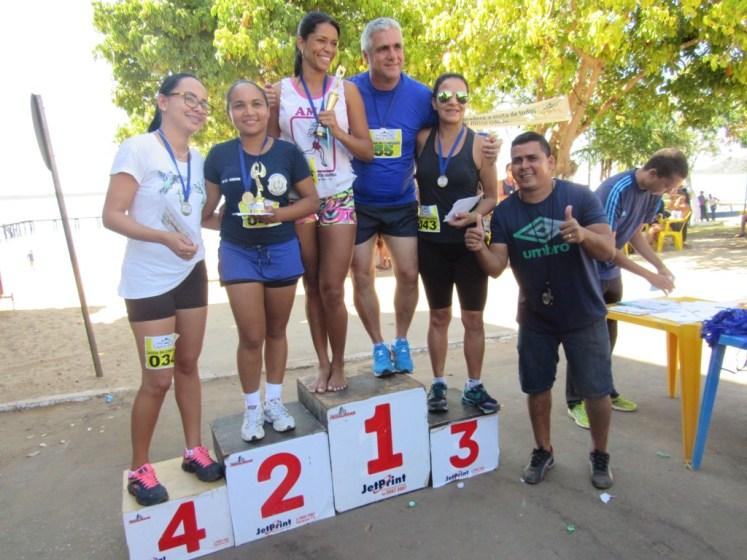 3 - Prefeito Neto Lino com as atletas vencedoras - Foto Zacarias Martins