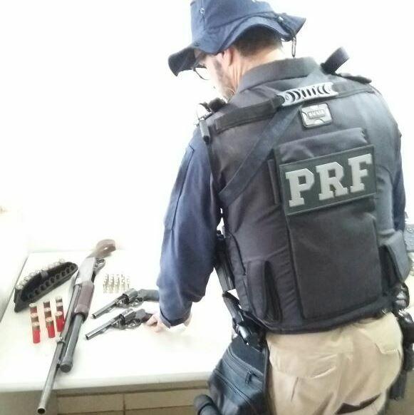 Grupo de Patrulhamento Tático da Polícia Rodoviária Federal apreende armas e munições em Guaraí TO