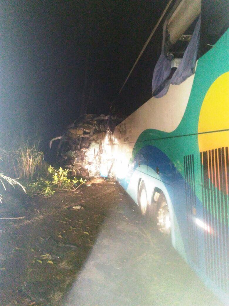 Colisão frontal entre ônibus na BR-153 deixa mortos e feridos próximo a Alvorada TO