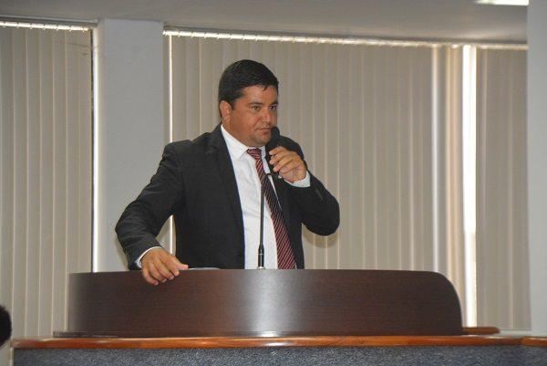 Rogério Freitas vota matérias a favor da população