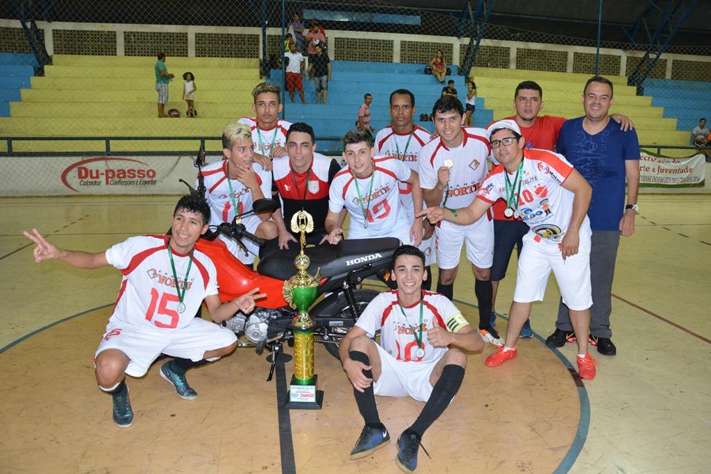 Avelino e Celso Morais entregam premiação para os vencedores da Copa dos Campeões de Futsal