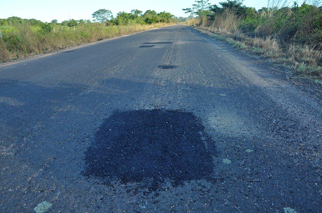 Motociclista morre após atropelar burro que invadiu rodovia