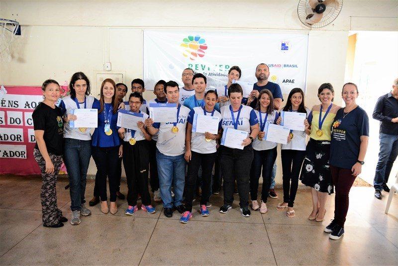 Alunos do Reviver recebem certificado após curso de Operador de Microcomputador do Senai