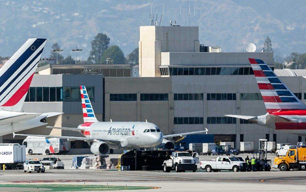 Colisão entre avião e caminhão deixa 8 feridos em aeroporto de Los Angeles