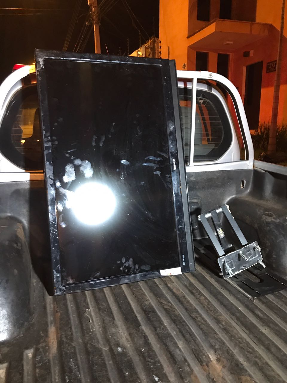 Dois são presos em flagrante pela Polícia Militar, moto e uma TV são recuperados
