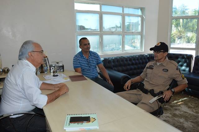 Prefeito Moisés Avelino recebe sargentos do 8º Batalhão da Polícia Militar