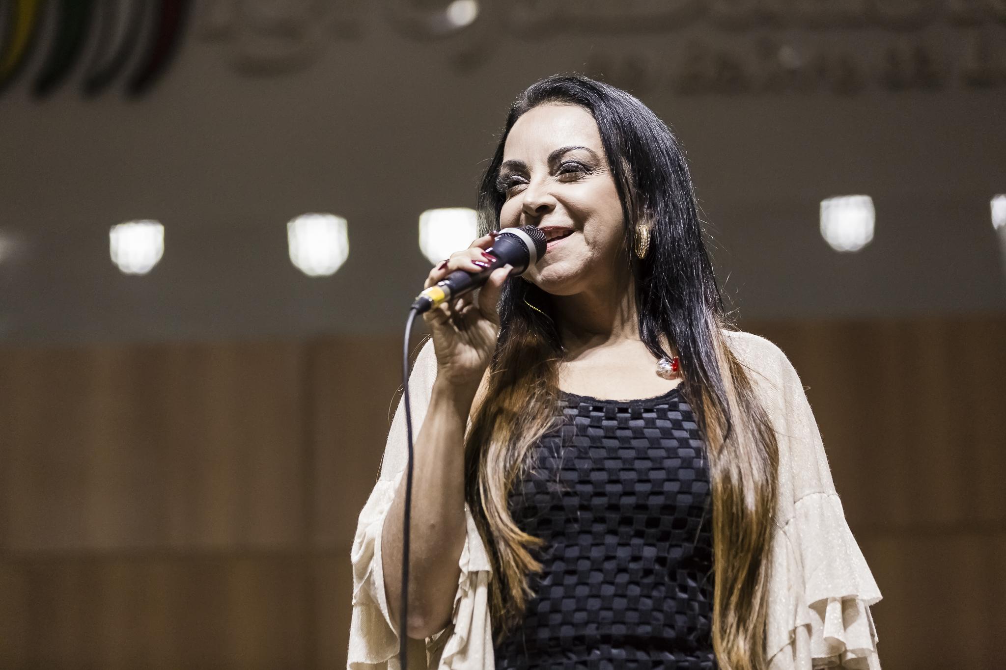 "Cristina Mel lança ""Tua Graça"" acompanhada da banda Together"