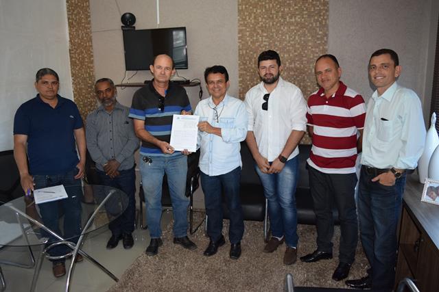 Presidente JC assina contrato para instalação de elevador no prédio da Câmara Municipal de Paraíso