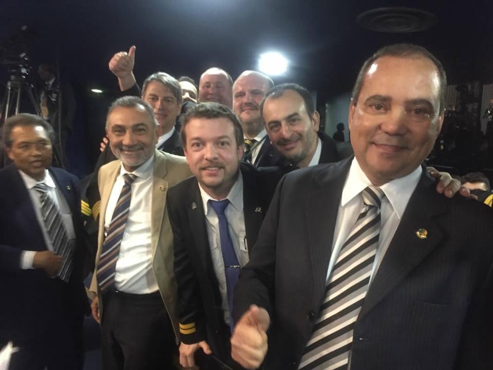 Senador Vicentinho Alves comemora a aprovação do projeto que regulamenta atividades dos aeronautas