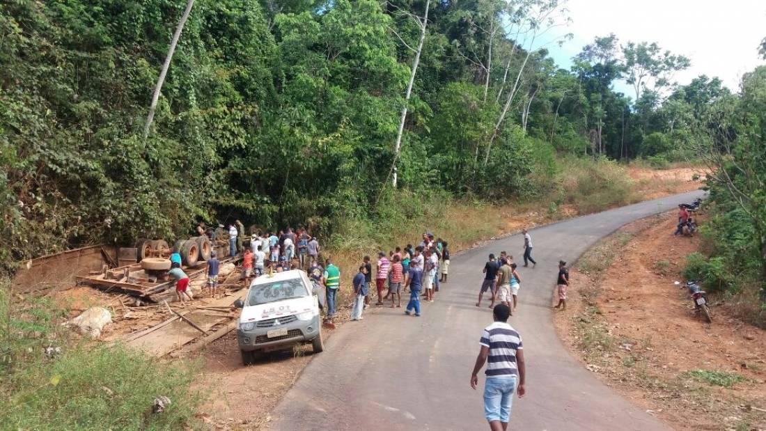 Homem e 25 vacas morrem em acidente com caminhão