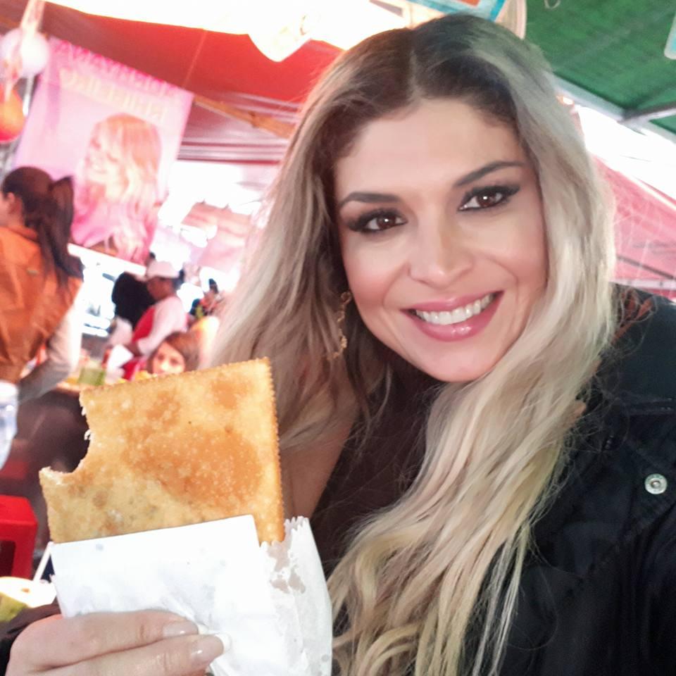Adryana Ribeiro se encontra com fãs em Feira Livre no centro de SP