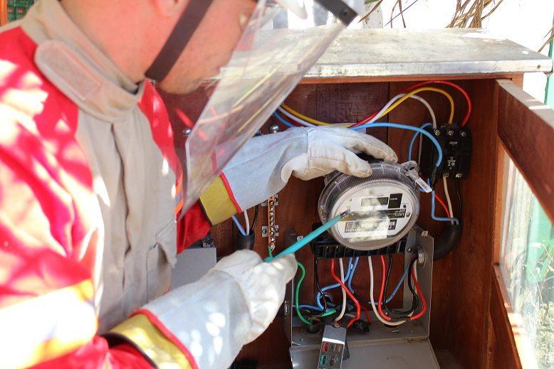 Justiça manda concessionária religar energia elétrica de consumidora após corte originado por cobrança indevid