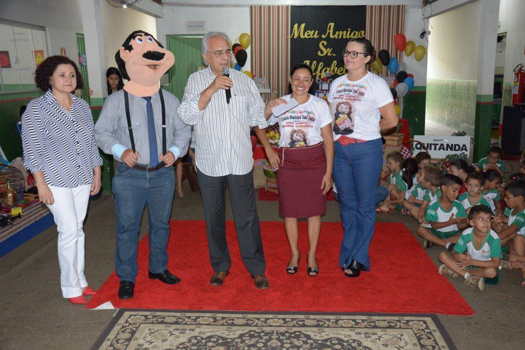 Prefeito e Secretaria Municipal de Educação e Cultura entregam livros literários às escolas