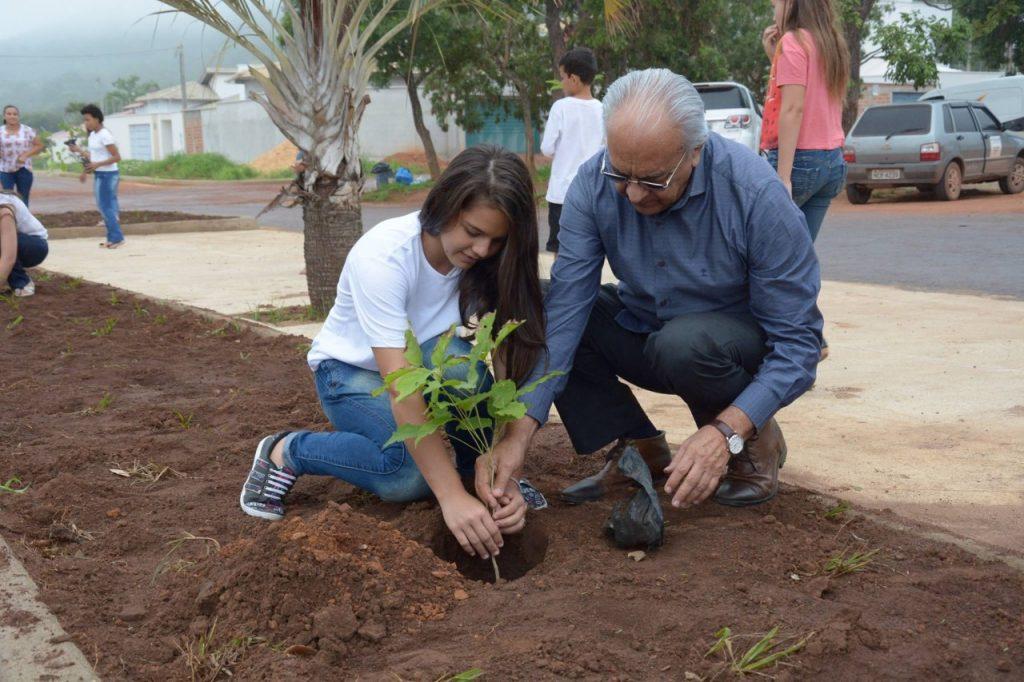Prefeito de Paraíso e estudantes plantam mudas de ipê em avenida no Serrano I