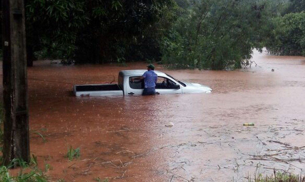 Chuva alaga ruas, inunda hospital e deixa caminhonete quase submersa