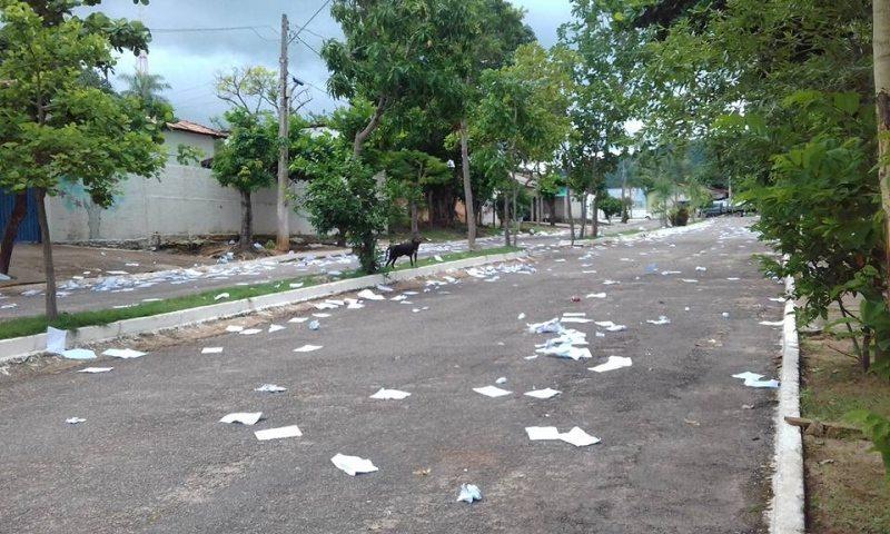 Alunos causam polêmica após espalharem na rua folhas de caderno em Monte do Carmo