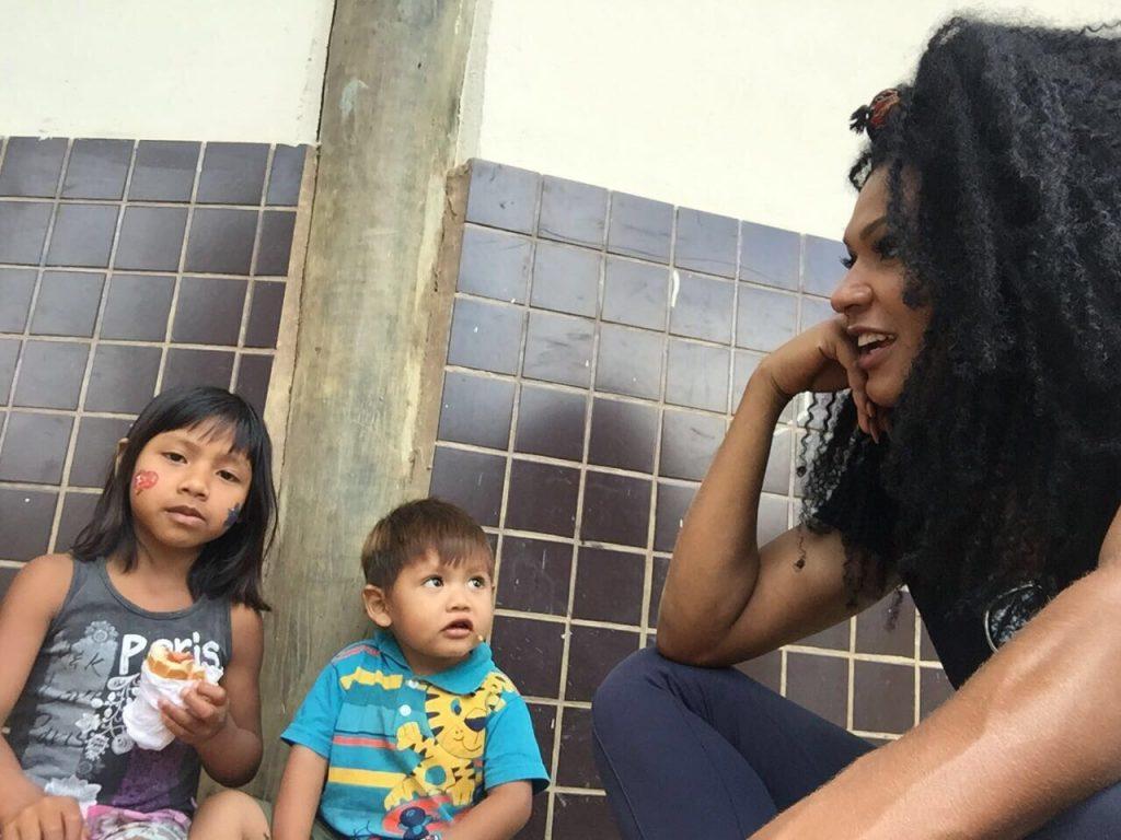 Simone Sampaio e sua filha Mahryan Sampaio visitam aldeia Indígena em São  Paulo