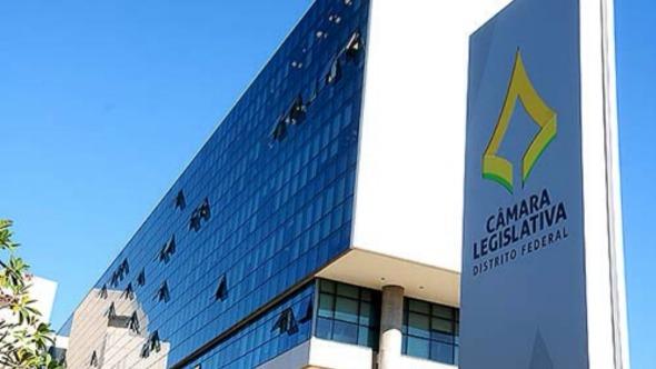 Cada deputado de Brasília tem R$ 184 mil por mês só para contratar assessores. Veja os benefícios dos distritais