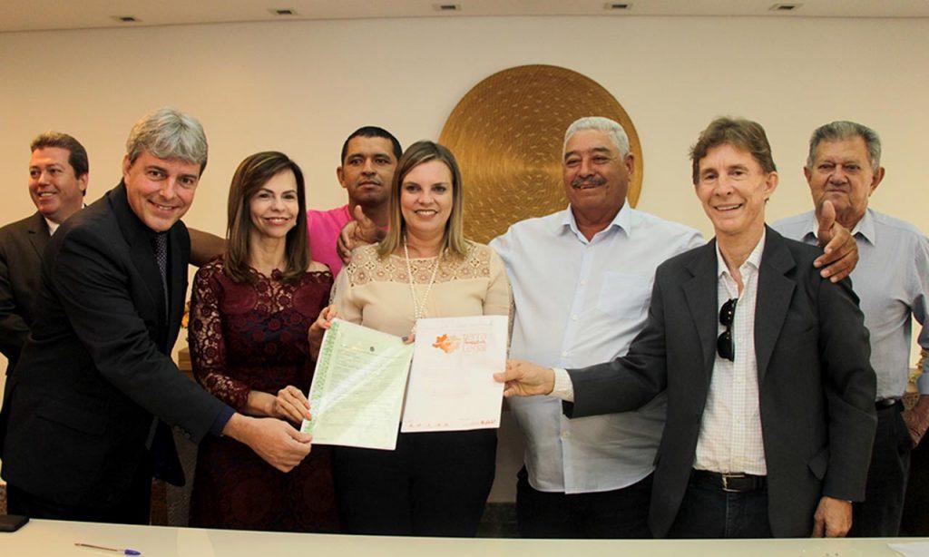 Claudia Lelis destaca dia histórico para o Tocantins com a entrega de títulos de regularização fundiária a municípios