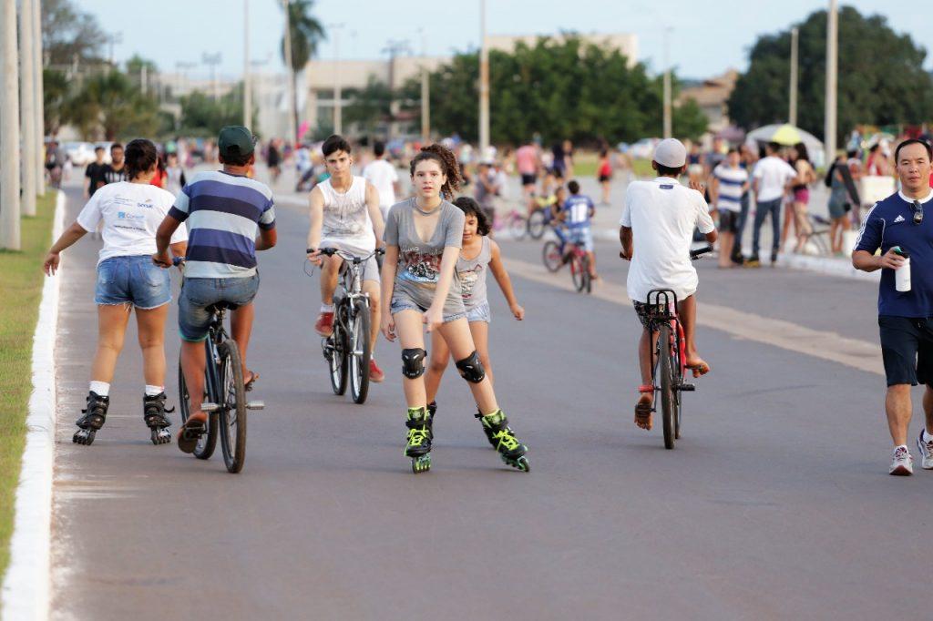 Esporte radical slackline chama atenção na Avenida Via Lago