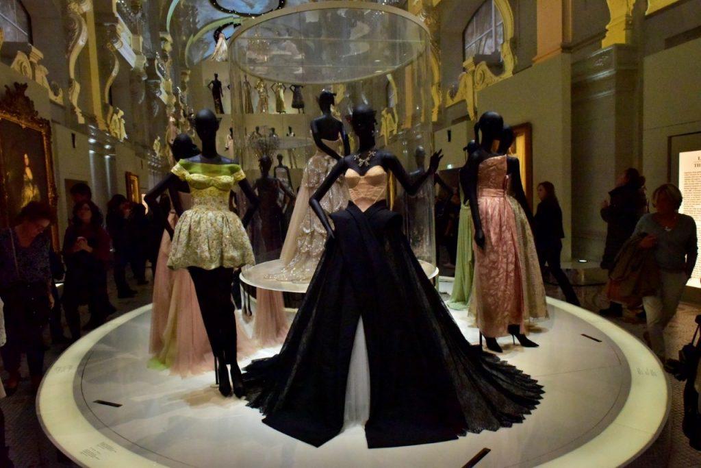 """Yuri Graneiro faz uma visita especial na exposição """"Christian Dior, couturier du rêve"""""""