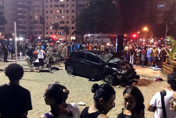 Carro desgovernado atropela 15 pessoas no Calçadão do Rio de Janeiro