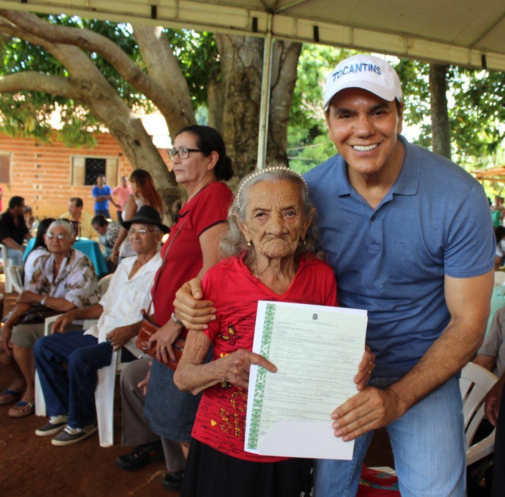 Durante entrega de títulos de propriedade no assentamento São João, Ataídes reafirma empenho para resolver problema fundiário no Tocantins