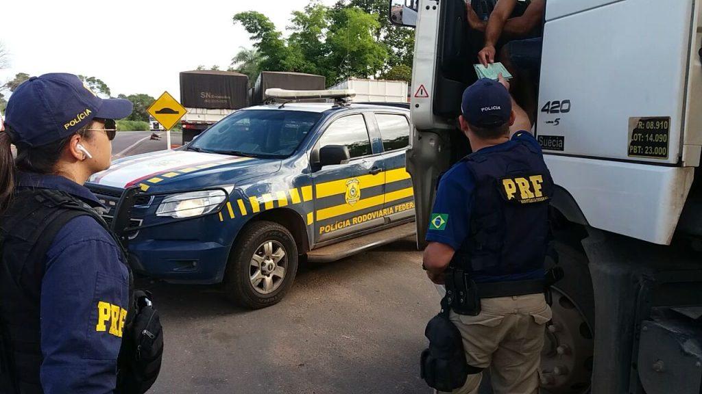 PRF flagra veículo com restrição judicial circulando com documento falso