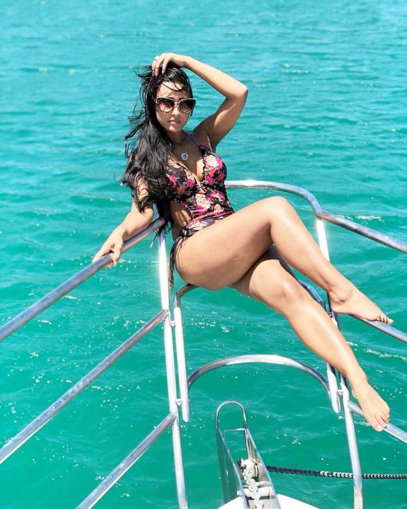 Lais Cruz compartilho em seu instagram fotos bem a vontade de biquíni num luxoso iate