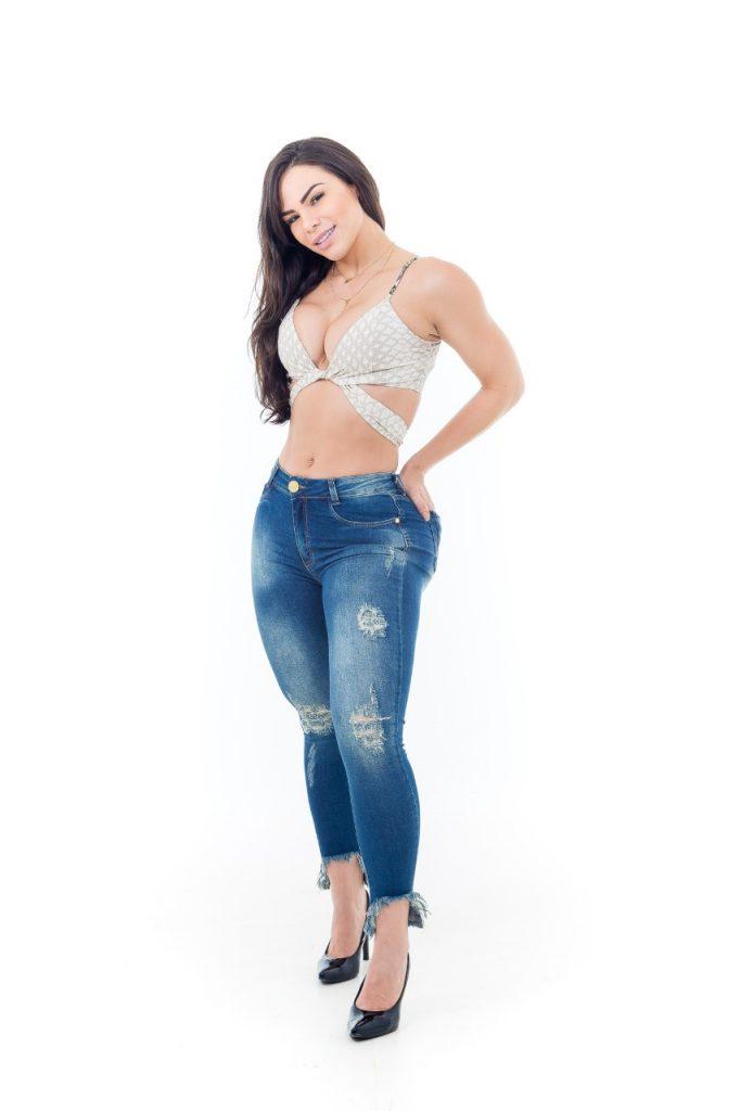 Rayssa Melo posa para ensaio e lamenta não ter o corpo com músculos aparentes